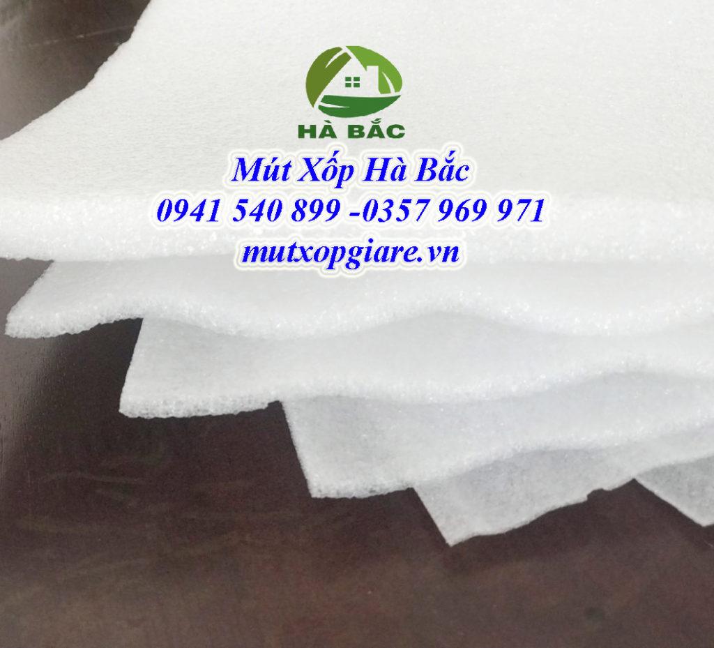 Màng xốp pe foam là một loại vật liệu được làm từ các hạt nhựa nguyên sinh LDPE hay còn gọi là Polyetylen foam. Sau quá trình thôi nén ở nhiệt độ cao cho ra các màng xốp có gợn song nhỏ trải dài theo cuộn xốp. Tùy vào mức độ và độ dày mà mật độ song nhỏ hay to.